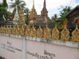 Bờ tường Wat (Chùa) Luang Muang Mai bên trong là các Stupa đựng tro các vị chức sắc
