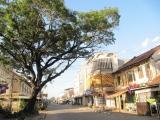 8.Một con phố buôn bán ở Savanakhet