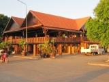 Một nhà hàng bên con đường ven sông