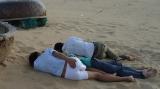 5.Mấy anh chàng này đi chơi khuya về, ra biển ngủ luôn.