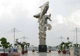 Tượng đài cá Ba sa bên bờ sông Hậu - Châu Đốc