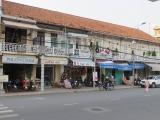 Một dãy nhà kiểu cũ , đẹp và vẫn còn ngay bến Ninh Kiều