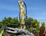 Trong khu vườn ở đền Wat Sampeau Bram Roi