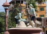Tượng đài nói lên nếp sống giản dị của người Khmer .