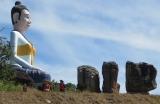 Tượng đài lưng chừng đèo trên đường lên cao nguyên Bokor , 1080m