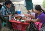 Bữa ăn giữa chợ ở Myawaddy -Myanmar