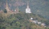Quốc lộ 12 Sukhothai - Khon Kaen , đang đi trên cao nguyên .