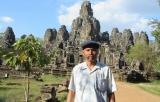 Trước đền Bayon , trong khu Angkor Thom - Siem Reap - Kampuchia