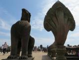 Tượng Naga thần rắn nhiều đầu và tượng thần Garuda nửa chim nửa sư tử .