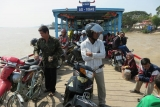 Phà Vĩnh Xương vượt sông Tiền từ An Giang qua Đồng Tháp