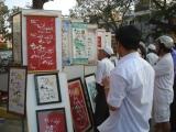 Đông đảo người yêu thơ xem các tác phẩm thơ được viết bằng thư pháp tại gian hàng trưng bày