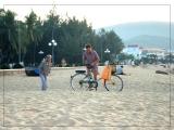Thầy Nguyễn Văn Độ và cô Kiều Nhi, sáng sớm mùa Thu 2009 ở biển Quy Nhơn