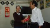 Thầy Hùng nhận quà tặng