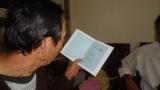 Thầy Hùng đang đọc bài thơ