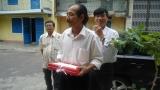 Thôn dẫn đầu đoàn cựu HS. vô nhà thầy Hùng