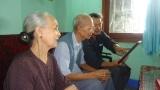 Đinh Tam đọc nội dung đề tặng trong Quà Lưu niệm