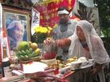 Bà Phạm Thị Nhu, vợ nhà thơ Hữu Loan, thắp hương cho người chồng vừa đi xa - Ảnh: Hà Đồng