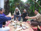 """Nhà thơ Hữu Loan trong bữa tiệc tại sân nhà trong dịp bản quyền """"Màu tím hoa sim"""" được trả 100 triệu đồng"""