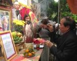 Nhà thơ Hữu Thỉnh (bìa phải) thắp hương viếng cố nhà thơ Hữu Loan - Ảnh: Hà Đồng